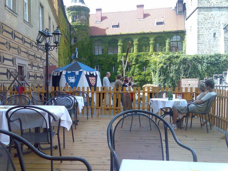 Venkovní posezení na zámku Hrubá Skála