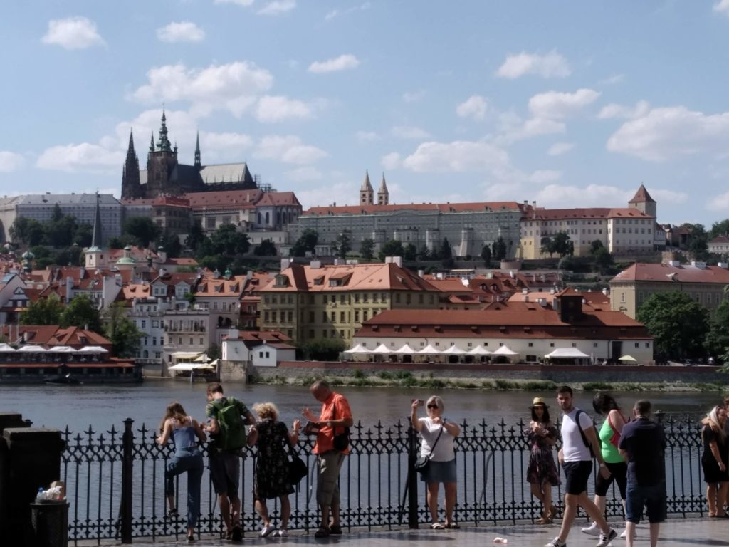 Výhled od Karlova mostu na Pražský hrad